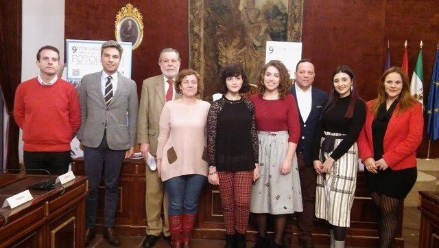 Barbero (izda.), junto a otras autoridades y las premiadas
