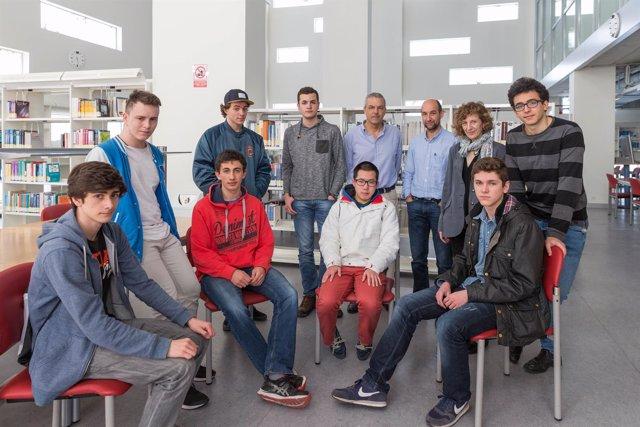 Estudiantes y profesores posan en la Biblioteca del campus de Tudela de la UPNA.