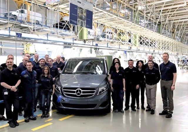 Empleados de la fábrica de Victoria con el modelo V-Class
