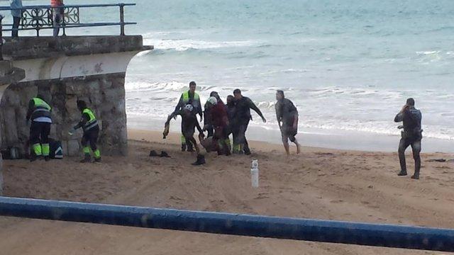 Rescate de un cadáver en la playa, en Santander