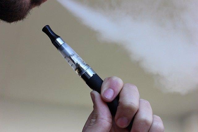 Cigarrillo electrónico, vapeador, vapeando, e-cigar