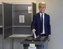 Wilders acude a votar en las elecciones generales de Países Bajos