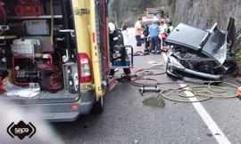 Heridas dos personas en una colisión entre dos turismos en Mieres