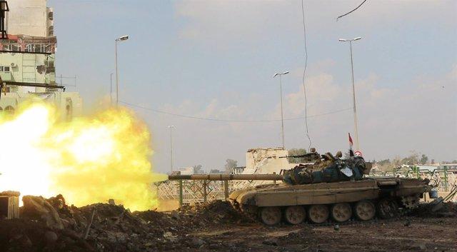 Un tanque de las fuerzas iraquíes dispara en Mosul