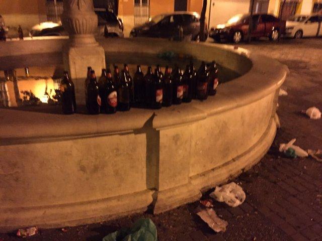Restos de botellón en la fuente.