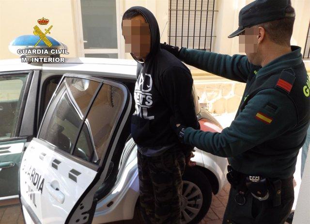 El detenido entrando en el vehículo de la Guardia Civil