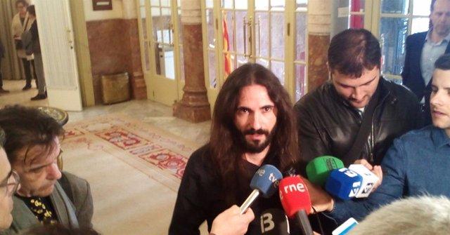 Baltasar Picornell atiende a los medios en el Parlament