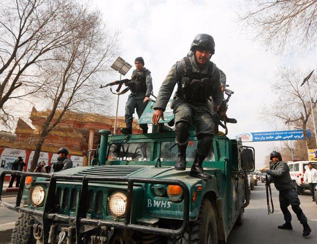 Las fuerzas de seguridad afganas acuden al hospital atacado en Kabul.