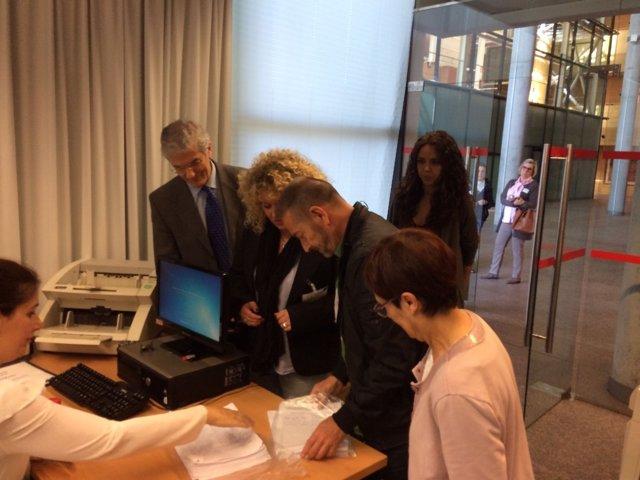 La alcaldesa de Aranjuez registrando las firmas en la Asamblea