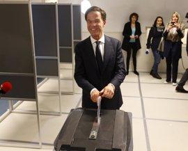 Los principales líderes holandeses votan en una jornada con participación récord