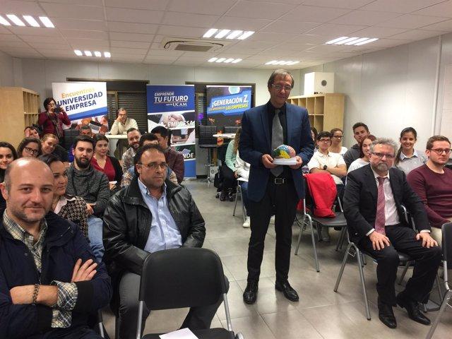 Javier Notario con los asistentes al taller en el Co-working Vivero de empresas