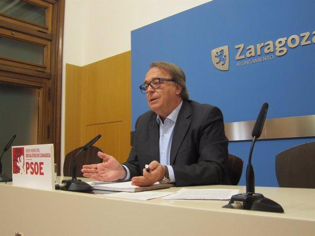 El portavoz del PSOE, Carlos Pérez Anadón, en rueda de prensa en el Ayuntamiento