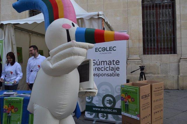 La mascota de la Expo 92, Curro, reciclando un aparato eléctrico