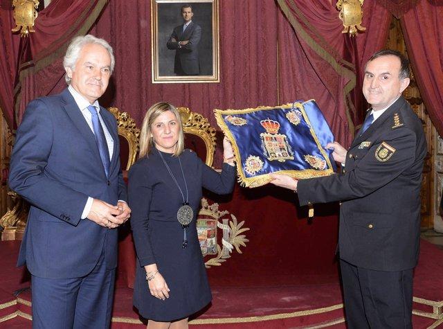 La Diputación de Cádiz entrega el guión honorífico a la Policía Nacional
