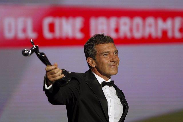Antonio Banderas con su Premio Platino de Honor
