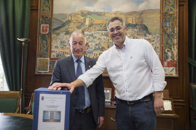 Gabriel Amat y Antonio Martínez firman el convenio para el centro de salud.