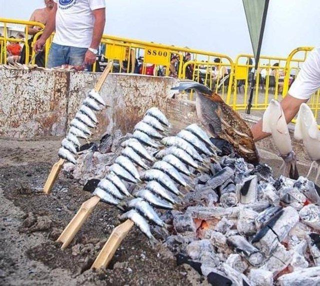 Espetos turismo málaga comida pescaíto típico sardinas ensartadas playa