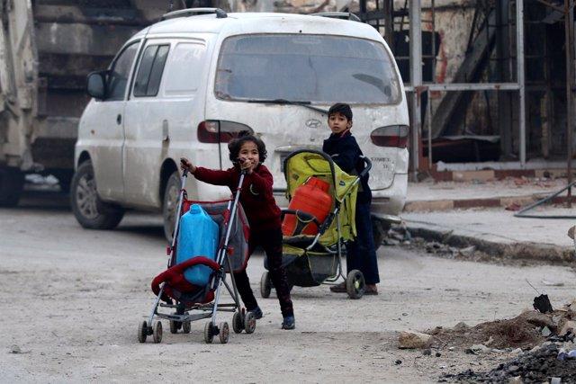 Dos niños en Alepo