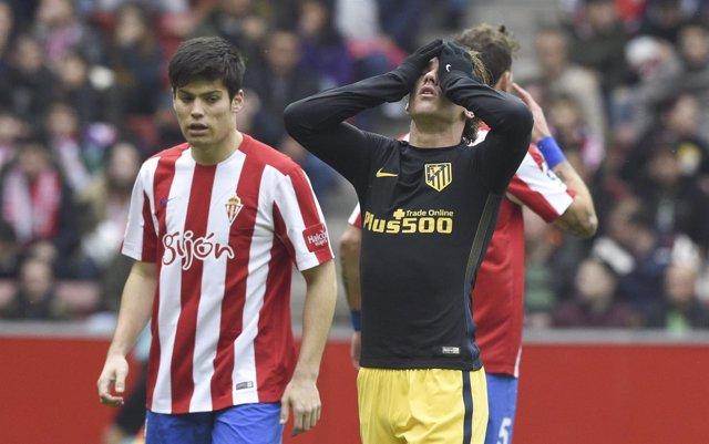 Antoine Griezmann y Jorge Meré en un Sporting-Atlético