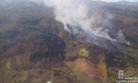 La Guardia Civil evacua Villar de Otero (León) por el incendio que pasa a nivel 2