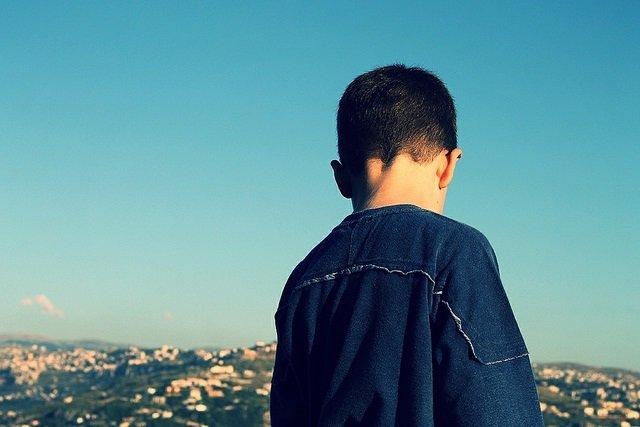 Niño de espaldas, autista