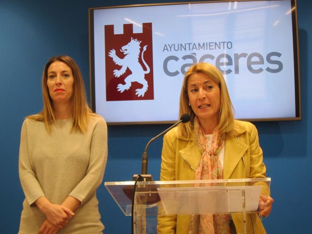 La alcaldesa de Cáceres, Elena Nevado, y la concejala de Economía