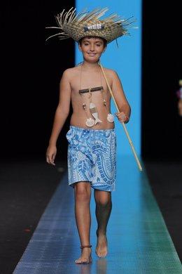 Niño desfilando ropa de baño con diseños de Mi Menina