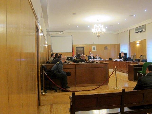 Los acusados y sus letrados en la Audiencia de Valladolid.