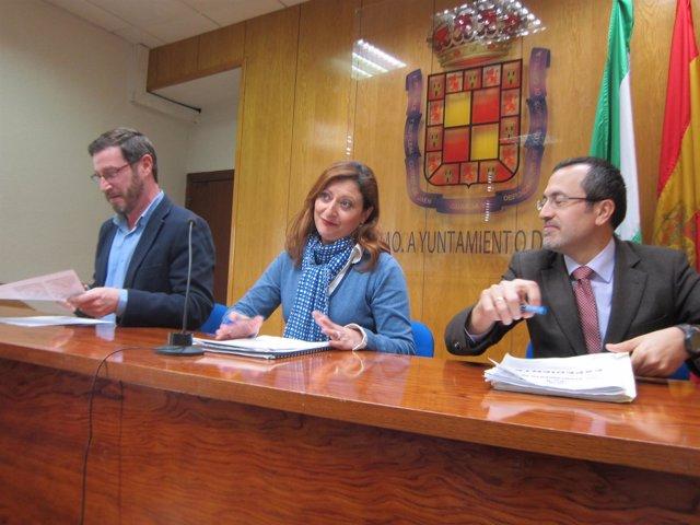 Concejales del gobierno local  en la rueda de prensa