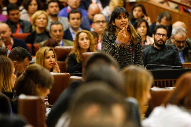 Teresa Rodríguez pregunta a Susana Díaz en el Pleno del Parlamento