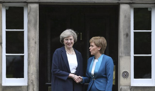 Nicola Sturgeon y Theresa May