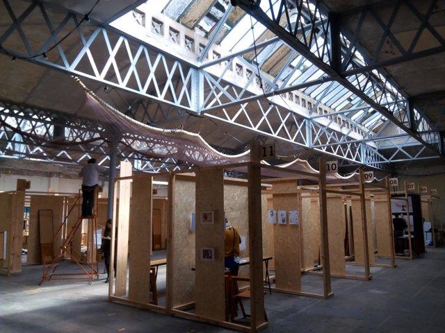 Preparativos para instalar el UtopiaMarket Poesía en el espacio Utopia 126