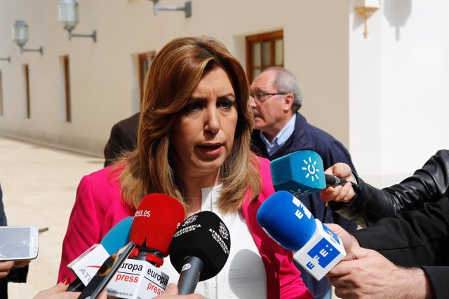 Susana Díaz atiende a los periodistas en los pasillos del Parlamento andaluz