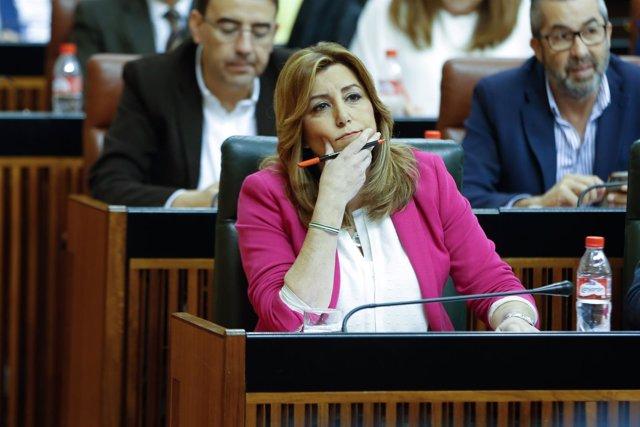 Susana Díaz escucha la intervención de Juanma Moreno en el Parlamento