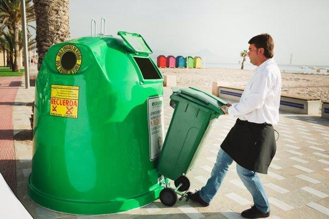 Hostelero reciclando vidrio