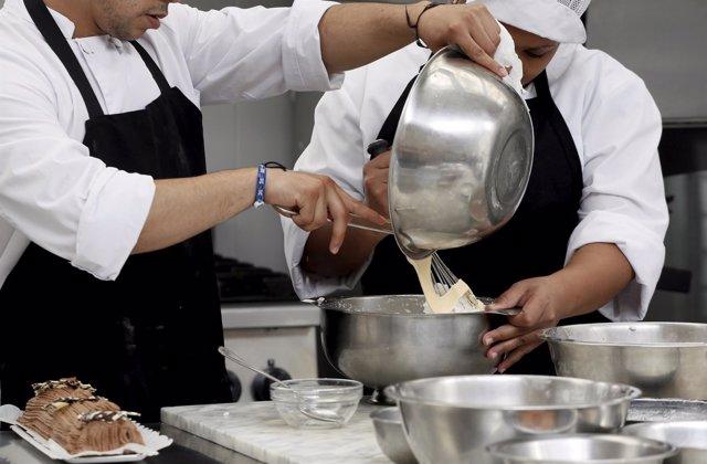 Beneficiarios del programa en un taller de cocina