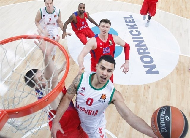 Shane Larkin entrando a canasta ante la defensa del CSKA