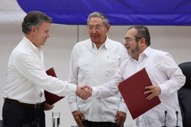 Juan  Manuel Santos, Timochenko y Raúl Castro