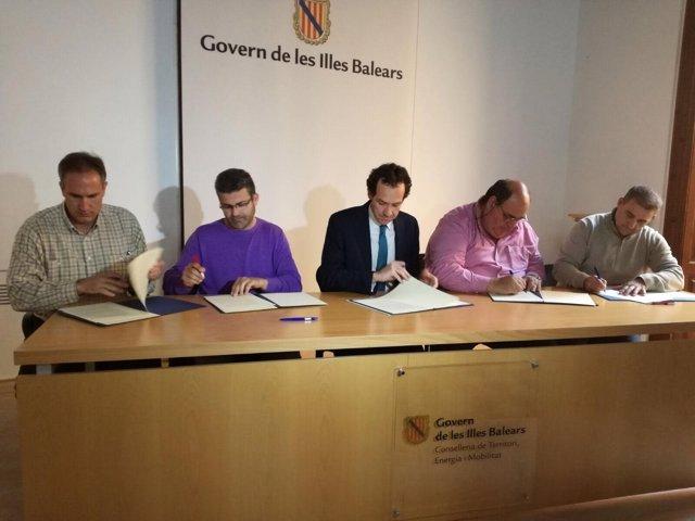 Pons firma el acuerdo con los taxistas