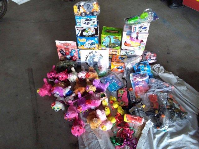 Prendas y juguetes decomisados por la Policía Local de Cartagena