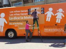 El Ayuntamiento de Pallejà iza la bandera arco iris para recibir al bus de Hazte Oír