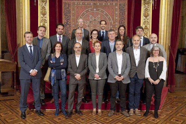 Barkos con lomponentes de la Comisión y representantes del CERMIN.