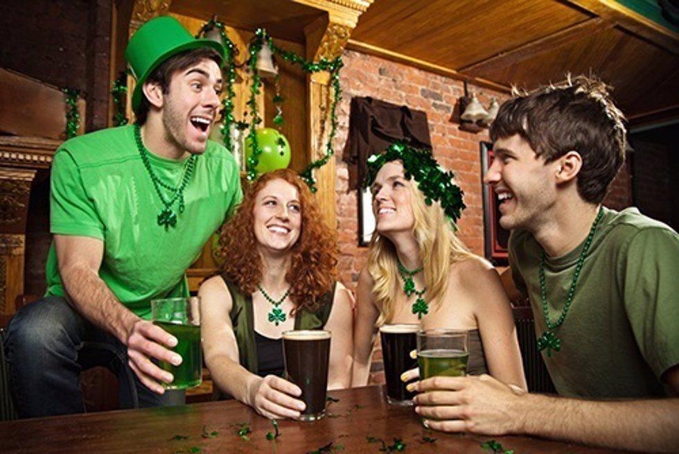 Amigos celebrando St. Patrick's/ ABA English