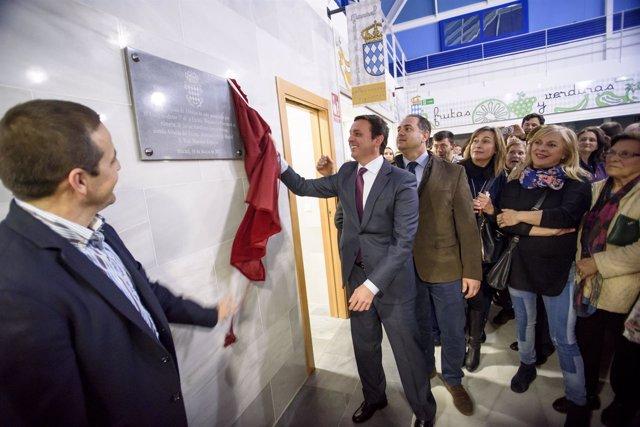 Javier Aureliano García ha destapado la placa de inauguración del Mercado.
