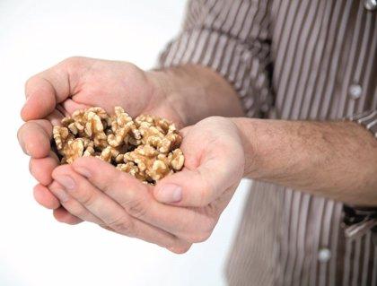 Comer nueces podría mejorar la movilidad del esperma