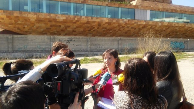 Ester Sancho, abogada de la CUP, delante de la Llotja de Lleida