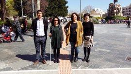 La nueva banda de encaminamiento ya permite a las personas con discapacidad visual recorrer la plaza de España