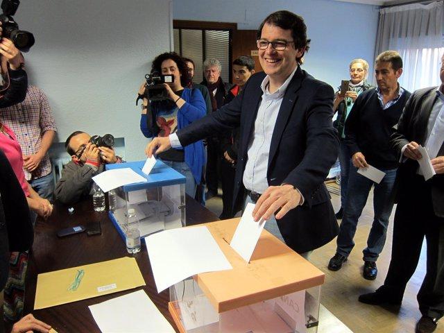 Salamanca. Fernández Mañueco vota en la sede del PP