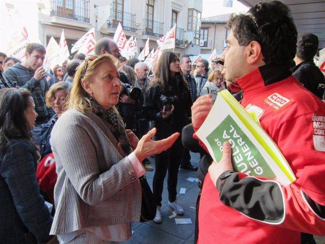 Una Clienta De Carrefour Discrepa Con Un Piquete De CCOO Sobre La Compra Hoy