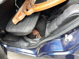 Detenido al intentar introducir en Ceuta bajo el salpicadero y los asientos traseros de su coche a dos migrantes